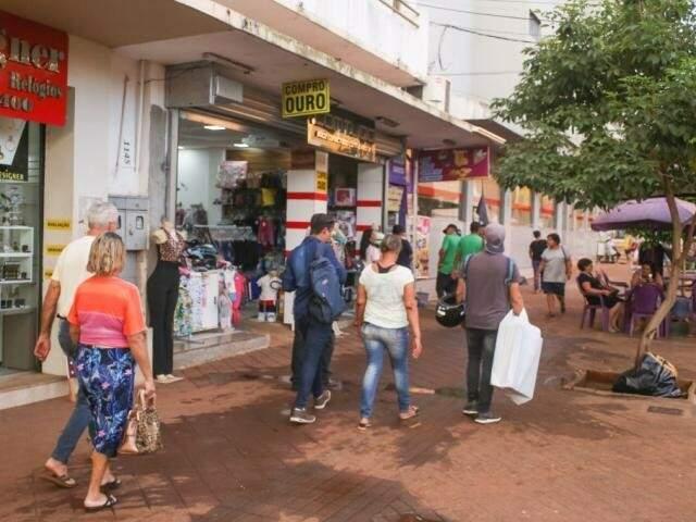 Rua do Centro da Capital; intenção de consumo na Capital teve o terceiro recuo consecutivo, conforme indicador medido pela Fecomércio. (Foto: Arquivo)