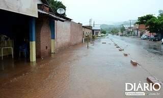 Ruas ficaram alagadas com a chuva (foto: Diário Corumbaense)