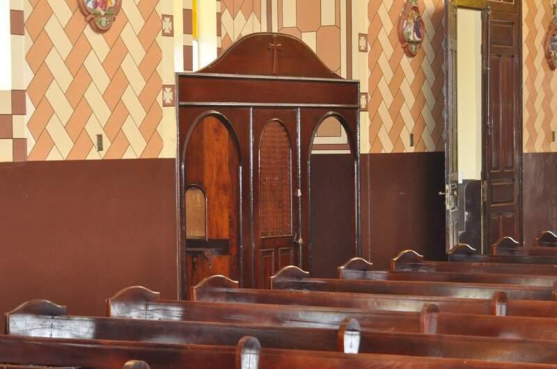 Confessionário original é de madeira e mantido pela instituição em bom estado de conservação. (Foto: Marcelo Calazans)