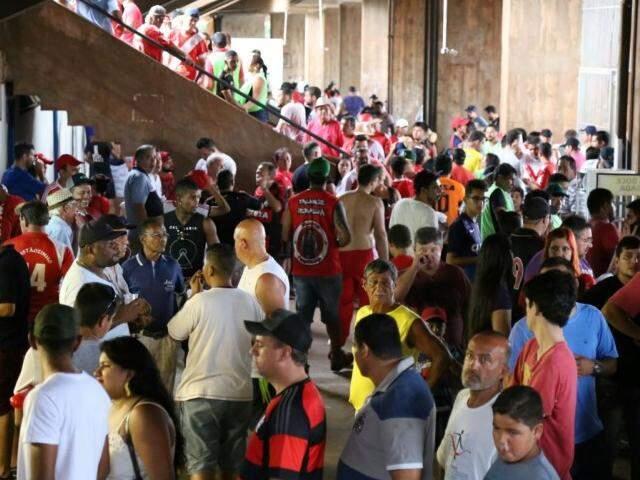 Público na chegada ao Morenão, no domingo, para jogo entre Comercial e Novo (Foto: Marcos Ermínio)