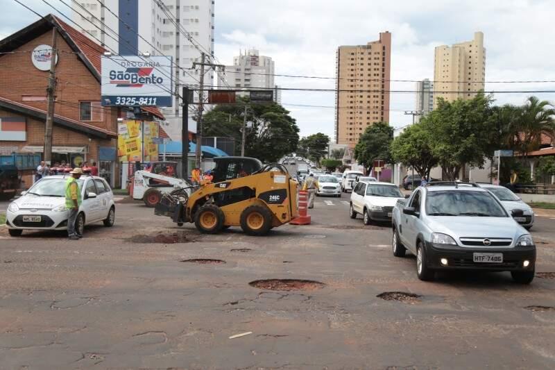 Serviço de tapa-buraco foi feito dia 2 na Mato Grosso, esquina com a rua Bahia.   (Foto: Fernando Antunes)