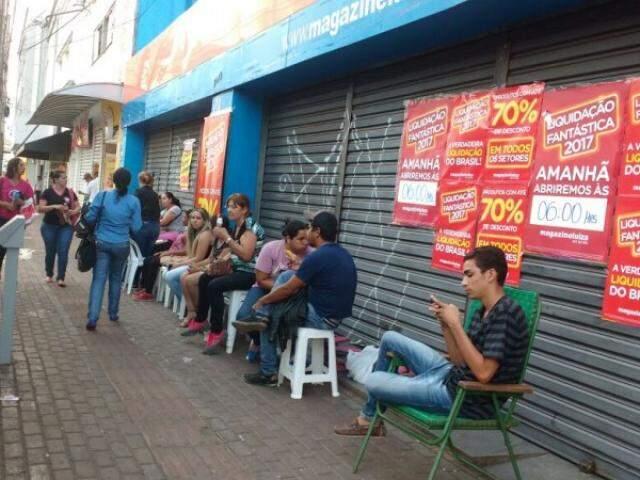 Na porta da loja na rua 14 de Julho, fila já se forma para aproveitar as promoções (Foto: Adriano Fernandes)
