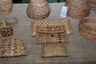 Carteiras e bolsas de mão também fazem parte dos itens feitos por Catarina (Foto: Paulo Francis)