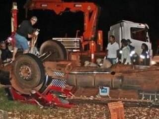 Os dois ficaram presos na cabine do caminhão. Um dos motoristas morreu. (Foto: José Pereira/Sidrolandia News)