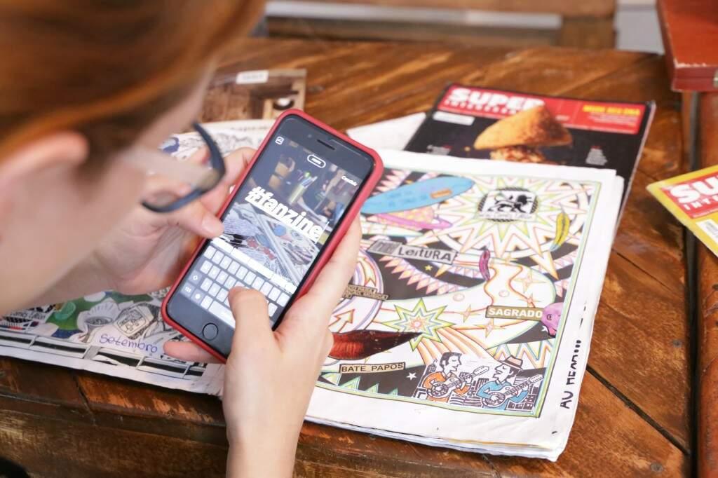 A oficina de fanzines, usando a colagem e as composições como como forma de expressão e transformação social (Foto: Kísie Ainoã)