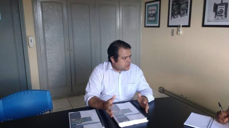 O secretário municipal de Saúde, Ivandro Fonseca, com o relatório da sua gestão (Foto: Graziella Almeida)