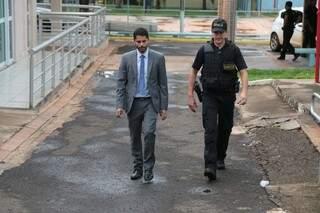 O promotor Marcos Alex Veras (de terno), deixando a sede da Seleta, após comandar varredura (Foto: Fernando Antunes)