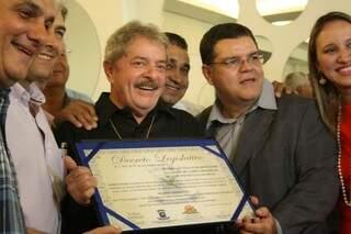 Lula recebendo título de cidadão campo-grandense ainda no hotel (Foto: Marcos Ermínio)