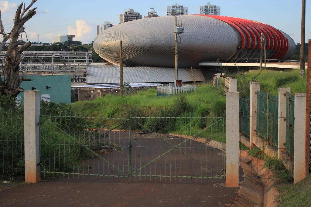 Em maio, mato avançava sobre a obra projetada para ser o maior aquário de água doce do mundo. (Foto: Marina Pacheco)