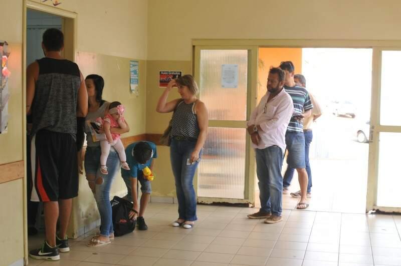 Fila na porta da sala de vacinação no posto do Tiradentes; parte das pessoas, procurava a vacina contra a febre amarela (Foto: Alcides Neto)