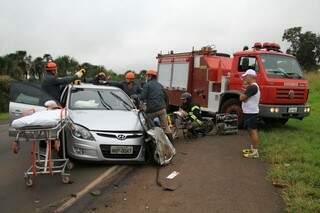 O idoso ficou preso dentro do carro (Foto: Marcos Ermínio)