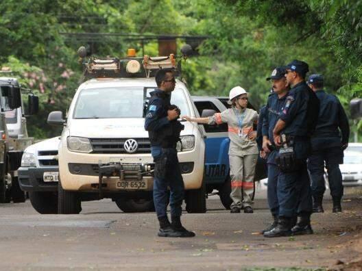 Policiais no dia e local do crime. (Foto: Alcides Neto)