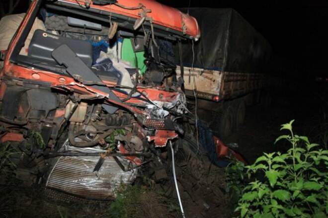 Cabine da carreta bitrem destruída após colisão (Foto: PC de Souza/Edição de Notícias)