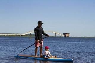 Pai e filho na Vivência do Estadual de Stand Up Paddle neste sábado no rio Paraguai, em Corumbá (Foto: Clóvis Neto)