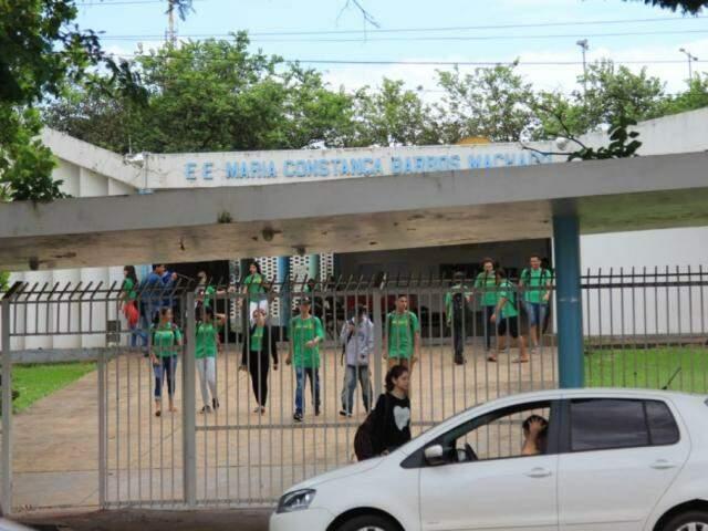 Alunos na saída da Escola Estadual Maria Constança Barros Machado nesta manhã (Foto: Marina Pacheco)