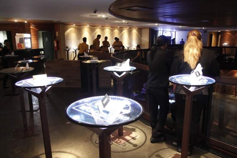 Mesas custam de R$ 250 a R$ 600,00 e ficam nos dois pisos da casa (Foto: Cleber Gellio)