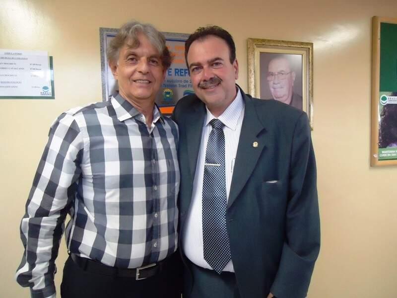 Cury abraçado ao futuro colega de Câmara, Paulo Siufi  (Foto: arquivo)