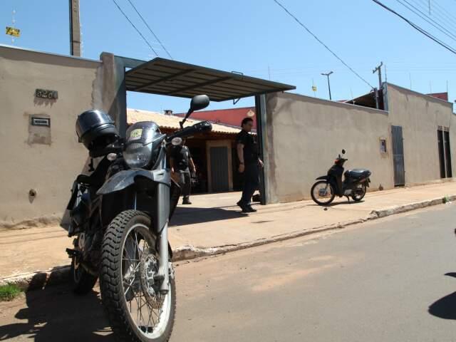 Moto tem as mesmas características da que foi utilizada pelos bandidos que mataram um e balearam outro no dia 23 de fevereiro na rua Rio Grande do Sul. (Foto: Moisés Palácios/Jornal OEstado)