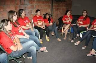 Até para receber a reportagem, o grupo se mobilizou e busca arrecadar R$ 10 mil para o tratamento da amiga (Foto: Marcos Ermínio)