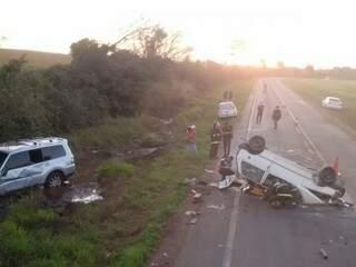 Acidente entre Uno e Pajero aconteceu a 20 km de Itaporã na tarde deste sábado (Foto: Osvaldo Duarte)