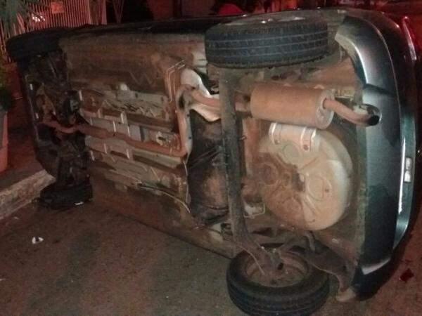 Carro parou tombado após bater em caçamba (Foto: Direto das Ruas)