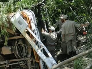 Ônibus despencou de altura de mais de 30 metros. (Foto: Aqui Destaque)