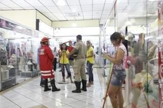 Lojistas e bombeiros retiraram água que alagou o shopping (Foto: Cleber Gellio)