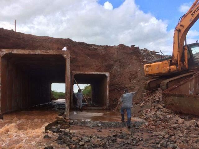 Agesul informou que equipes estão trabalhando na obra, atrasada pela chuva (Foto: Divulgação/Agesul)