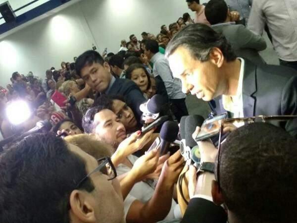 Prefeito deu entrevista após conversar com terceirizados (Foto: Alberto Dias)