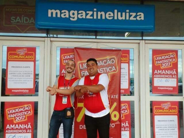 Vinícius e Diego, funcionários que aparecem na coreografia do coro.