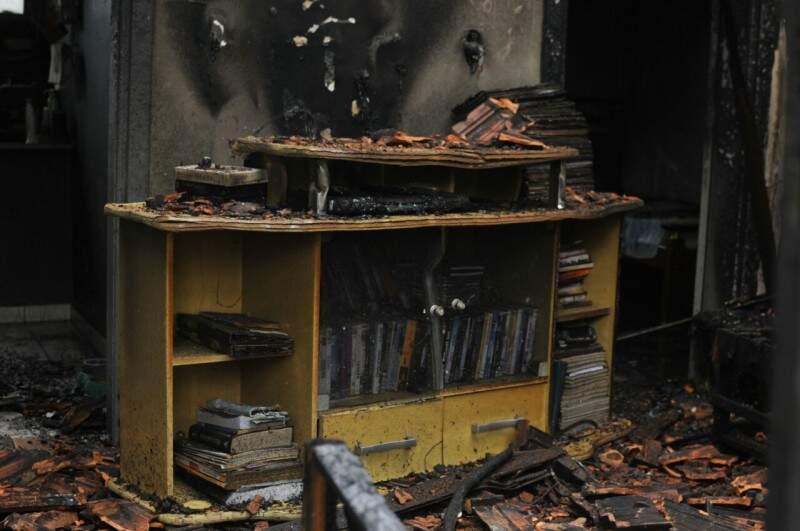 Casa ficou completamente destruída com incêndio; Polícia apura se foi criminoso (Foto: Alcides Neto)