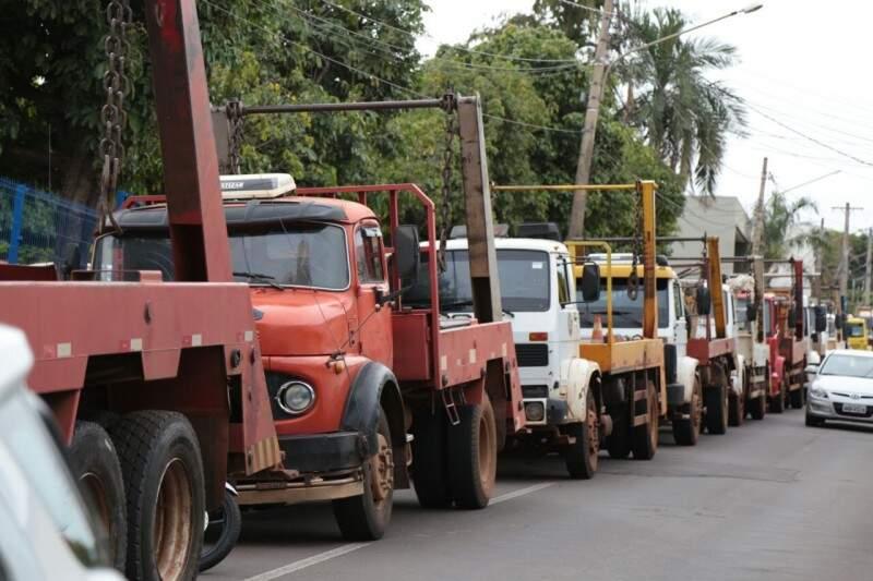 Caminhões-caçamba estacionados na Ricardo Brandão, em frente à Câmara (Foto: Fernando Antunes)