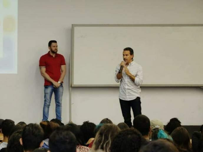 Prefeito Marquinhos Trad (PSD) discursa durante aula na Uniderp, neste sábado (dia 23). (Foto: Kísie Ainoã).