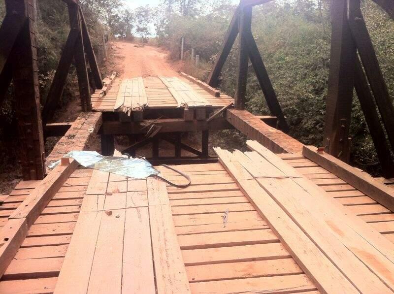 A ponte já passou por duas reformas recentes; moradores pedem obra definitiva para pôr fim ao faz e refaz