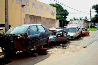 """""""restos"""" de carros são colocados nas ruas do bairro Guanandi (Foto: Marcos Ermínio)"""