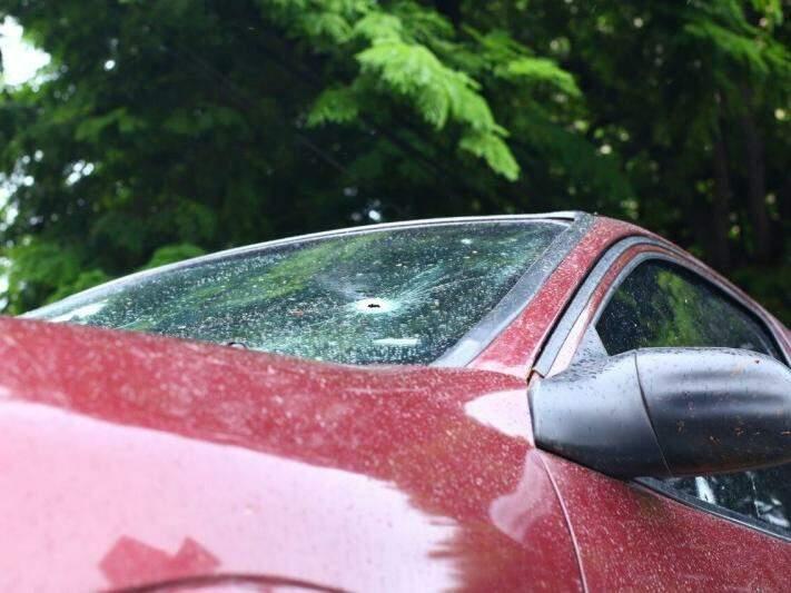 Carro em que suspeitos estavam foi alvejado durante troca de tiros. (Foto: André Bittar)