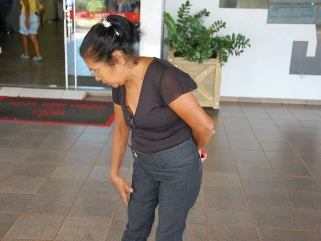 Mãe de operário contando sobre a perna machucada do filho (Foto: Francisco Júnior)