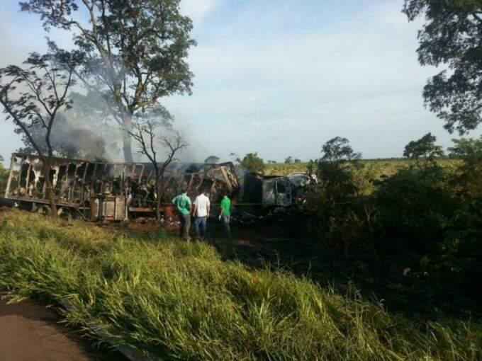 Após a colisão, os veículos acabaram pegando fogo. (Foto: Rádio Caçula)