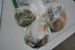 Droga custo R$ 30 e estava camuflada em pacotes de tempero (Foto: Osvaldo Duarte/Dourados News)