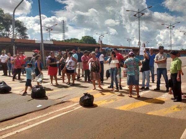 Ambulantes fecharam Gury Marques em frente a terminal (Foto: Christiane Reis)