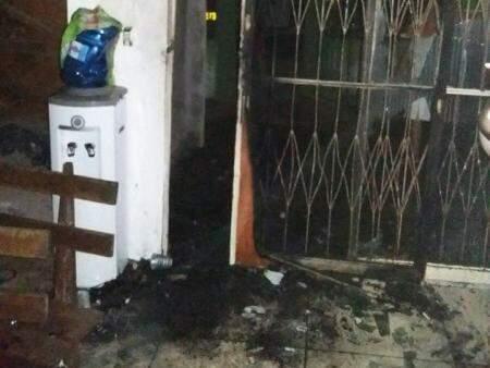 Fogo destruiu porta, forro e objetos da igreja (Foto: Naviraí na Net)
