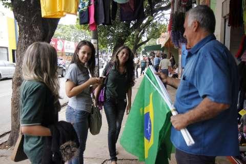Lojas reforçam estoque de adereços para manifestação desta quinta-feira