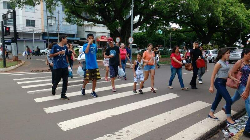 Fluxo de pedestres também é intenso (Foto: Marcos Ermínio)