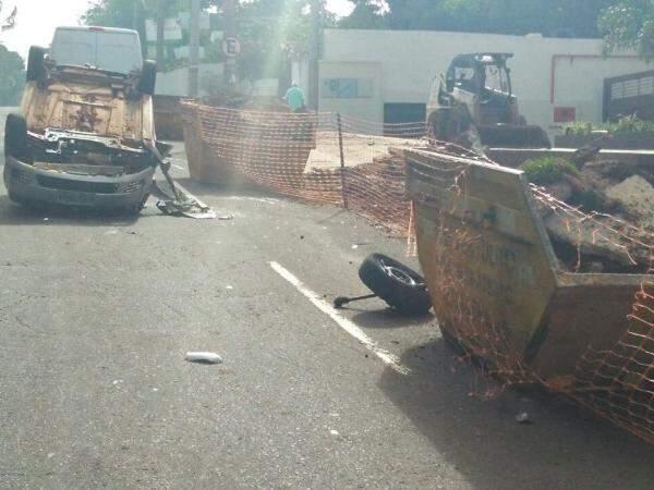 Após colidir em caçamba, carro capotou e parou com as rodas para cima. (Foto: Marcus Moura)
