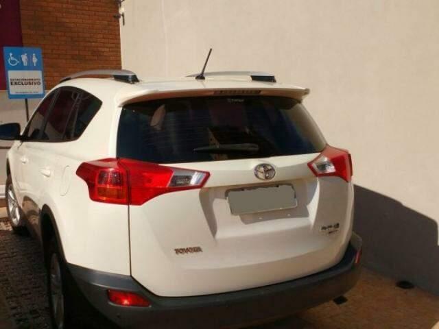 Carro ficou quase 40 minutos estacionado irregularmente, diz leitor (Foto: Direto das Ruas)
