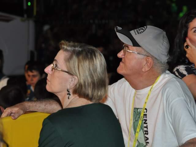 """Dona Amélia e """"seo"""" Manoel curtiram a primeira noite de Carnaval com a moçada. (Foto: Marlon Ganassin)"""