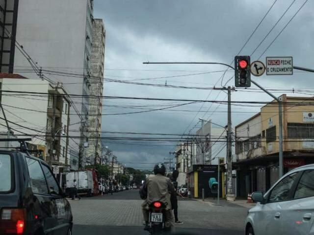 Tempo fechado na região central da capital sul-mato-grossense (Foto: Marcos Maluf)