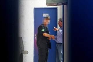 André Puccinelli cumprimenta agente penitenciário na saída de prisão (Foto: André Bittar)