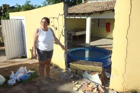 Motorista foge depois de derrubar muro no bairro Monte Castelo