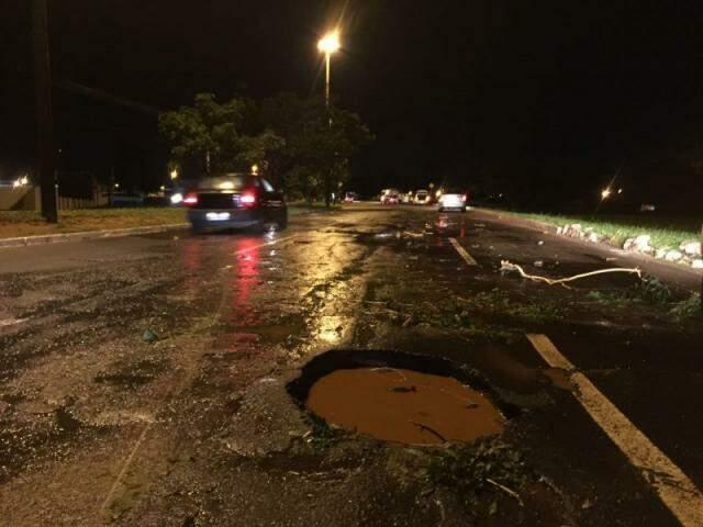 Cratera na avenida João Arinos se tornou uma verdadeira armadilha para carros que passam na entrada do bairro Flamboyant (Foto: Direto das Ruas)